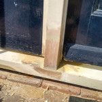 Egaliseren van het deurkozijn na houtrotverwijdering